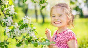 Kind mit Apfelbaumblüte